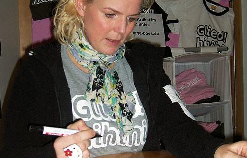 Mirja Boes beim Autogramme schreiben