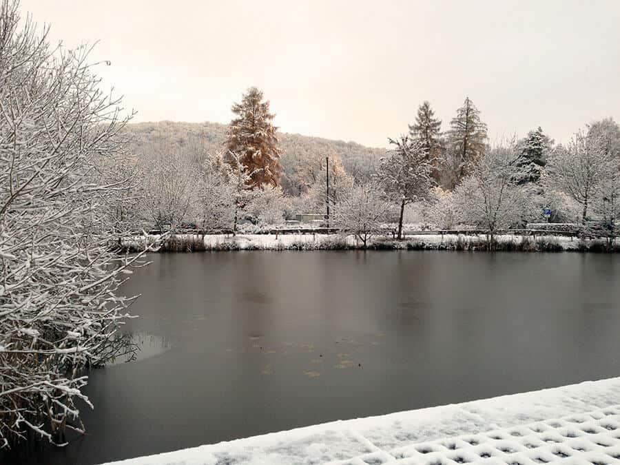 campus teich mit Schnee
