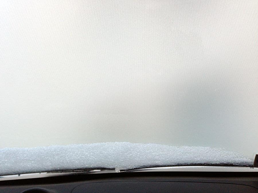 Die Fensterscheibe im Auto.