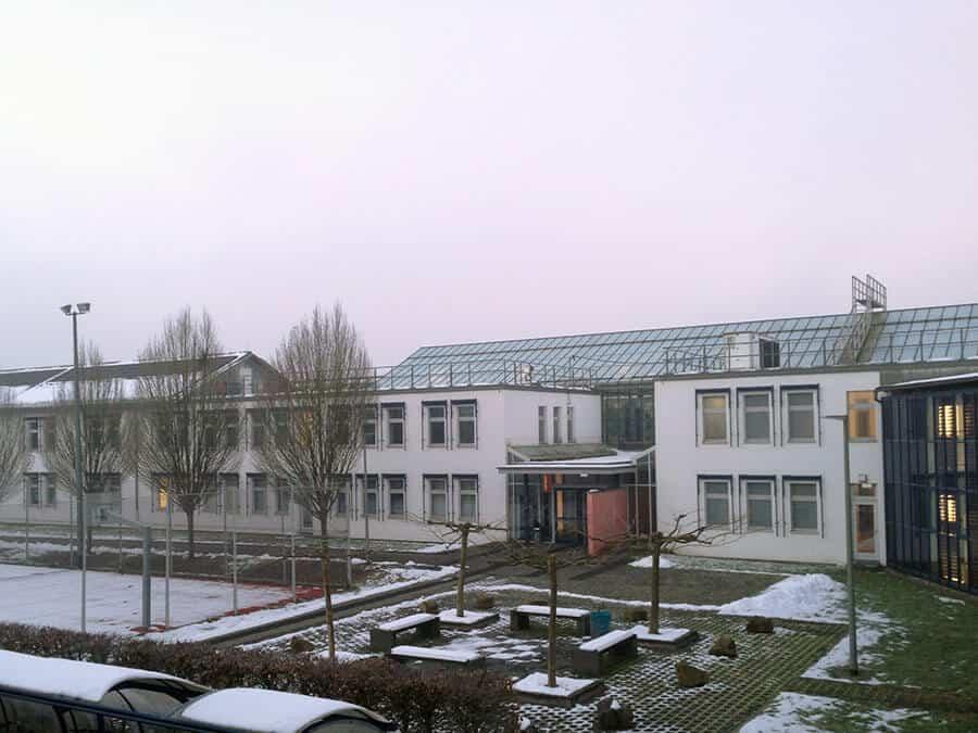 Aussicht aus dem Fenster mit Blick auf das Uni Gebäude. Alles schläft und noch keiner da.