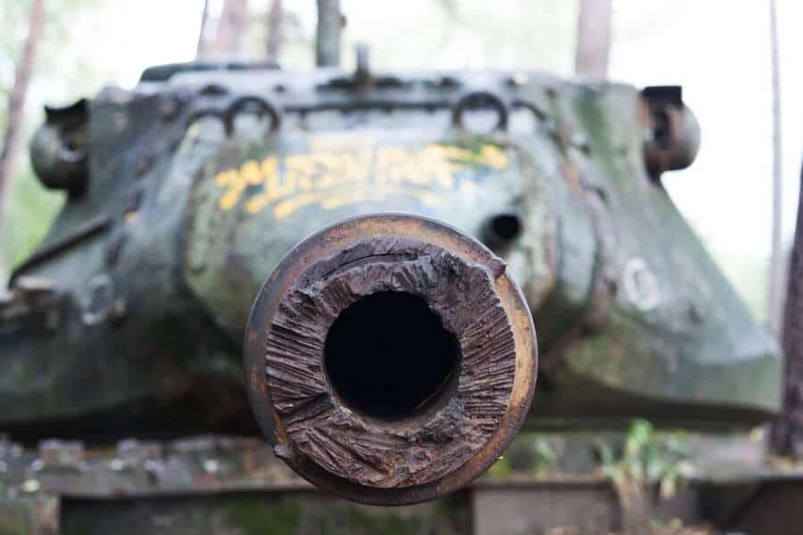 lost place: alter Panzer im Wald von vorne im Brander Wald