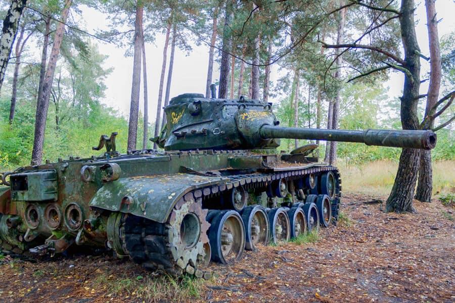 lost place: alter Panzer im Wald im Brander Waldvon der Seite