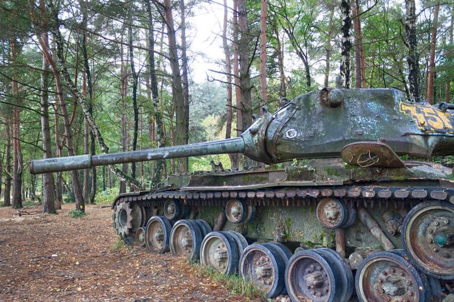 lost place: alter Panzer im Wald im Brander Wald