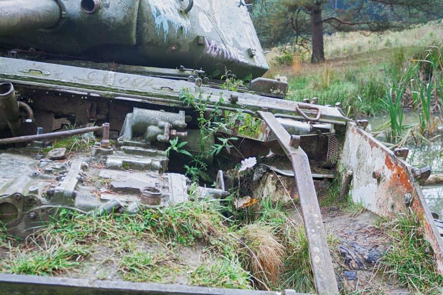 lost place: alter Panzer im See von der Natur eingenommen im Brander Wald