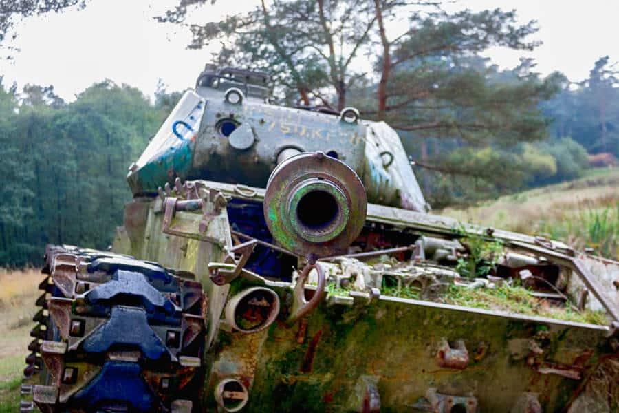 lost place: alter Panzer im See von vorne im Brander Wald