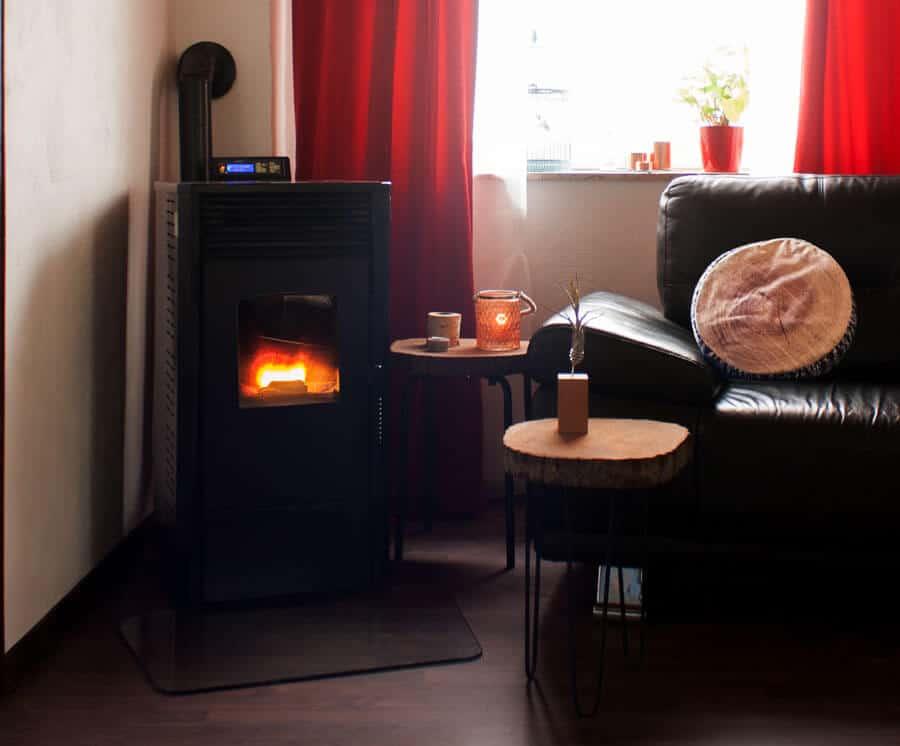 Wohnzimmer mit Pelletofen und Holztischen
