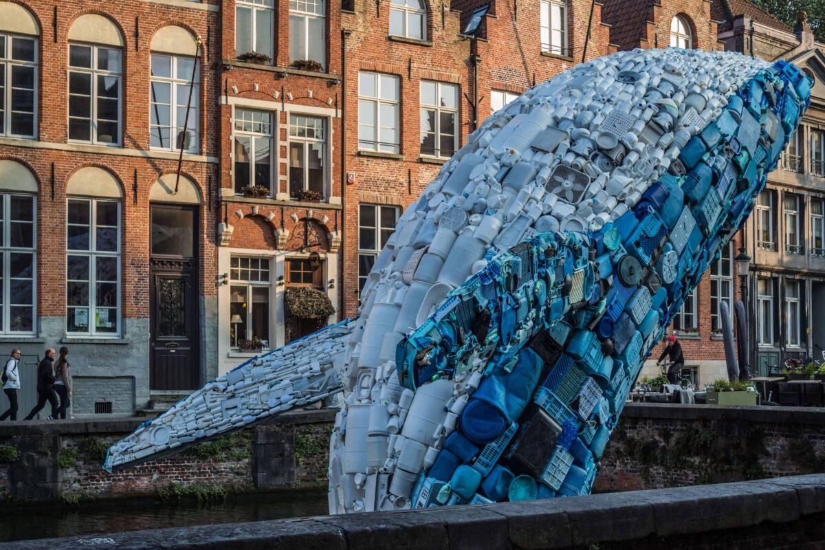 blauer Wal mit Müll aus des Meeren