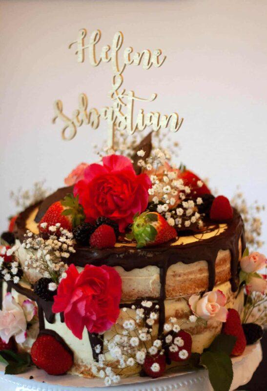 zweistöckige Naked Torte mit Früchten und Blumen