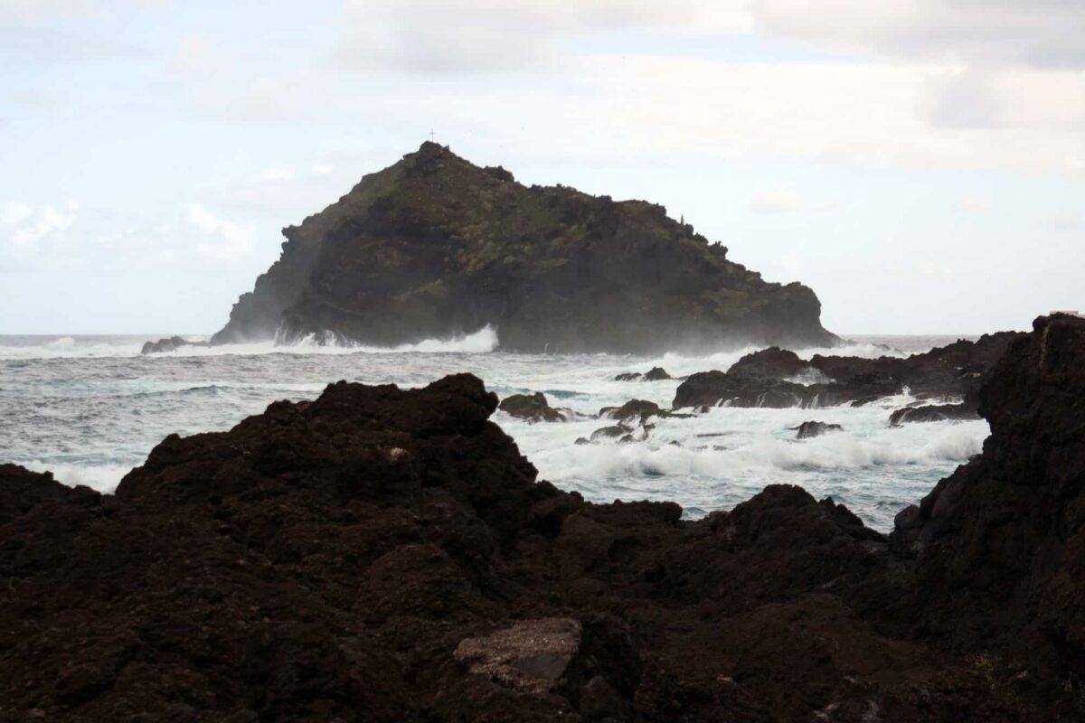Blick auf Roque de Garachico (vulkanische Felseninsel)