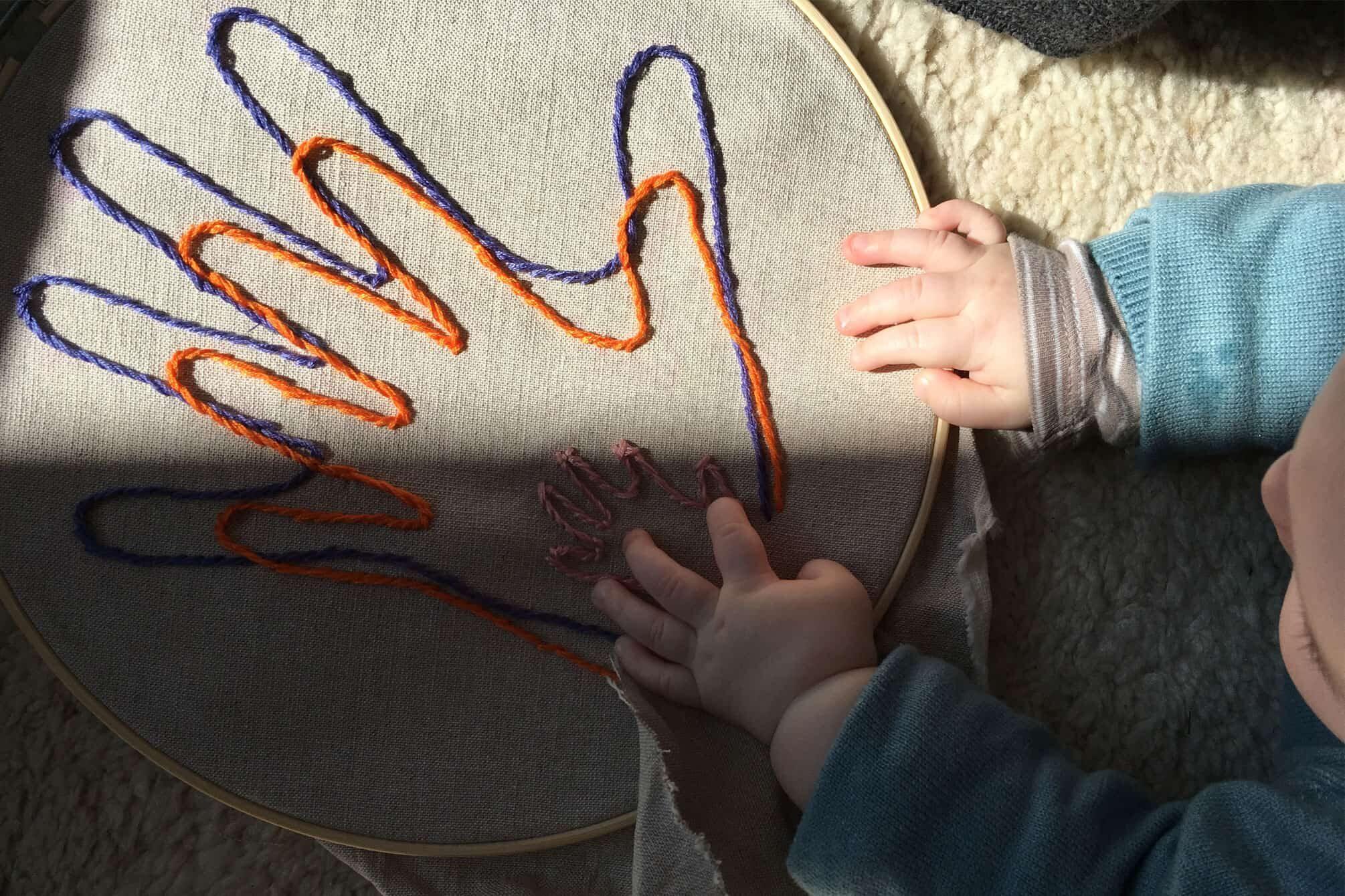 Baby und Eltern Handabdrücke gestickt